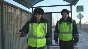 В Татарстане инспекторы ДПС спасли замерзающего на остановке мужчину