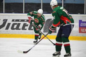 Минниханов стал лучшим игроком матча между хоккеистами-ветеранами Татарстана и Чехии