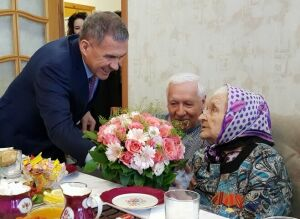 Рустам Минниханов поздравил жительницу Татарстана состолетним юбилеем
