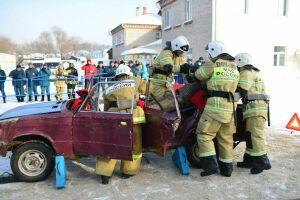 В Зеленодольске 13 команд спасателей доставали пострадавших из разбитого авто