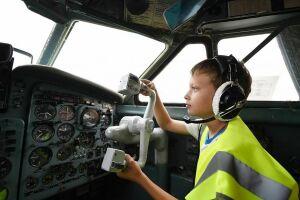 Воспитанники нижнекамского детского дома посидели за штурвалом Boeing-738