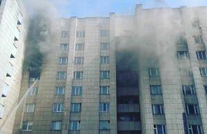 В Набережных Челнах очевидцы сняли на видео пожар в бывшем общежитии