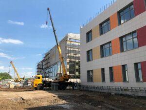 В Набережных Челнах в новой школе Замелекесья строители возвели стены