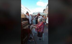«Катюша» науличном пианино отказанской исполнительницы стала хитом соцсетей