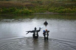 Дайверы подняли со дна реки Черемшан 50 кг мусора