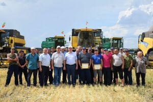 Лучших комбайнеров Нурлатского района наградили денежными премиями