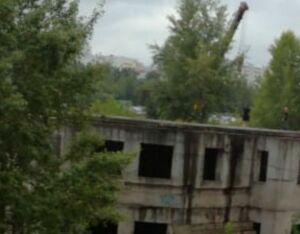 В Челнах сносят заброшенное здание детского сада, с которого упала 15-летняя школьница
