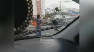 В Казани возле ТЦ «XL» стулом избили водителя «Мерседеса»