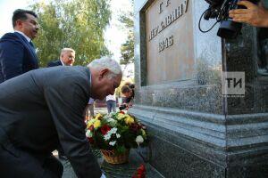 К памятнику Державину в Казани возложили цветы