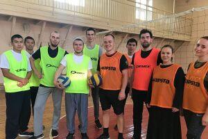 В Казани прошел товарищеский матч по волейболу между сборными мусульманской и православной молодежи