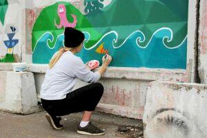 Ученики казанской художественной школы раскрасили бетонный забор автостоянки