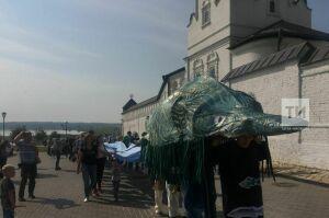 Огромная стерлядь «проплыла» поСвияжску под крики «Уха!»: на острове-граде начался гастрофестиваль