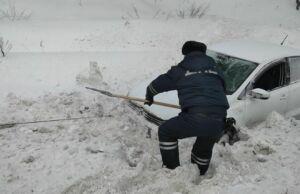 В Высокогорском районе РТ инспекторы ДПС помогли водителю выбраться из снежного плена