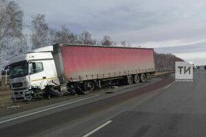 В Мензелинском районе водитель легкового авто погиб, вылетев в лоб встречной фуре