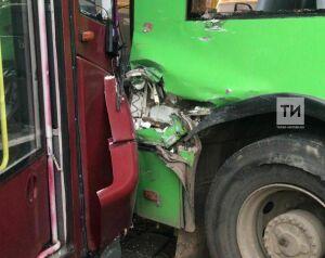 Беременная женщина получила травмы при столкновении троллейбуса и трамвая в Казани