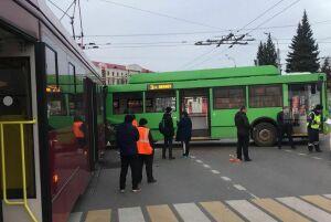 Семь человек пострадали в результате столкновения троллейбуса и трамвая в Казани