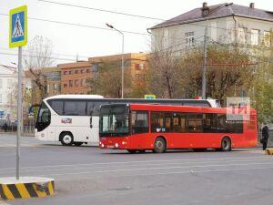 В центре Казани два автобуса столкнулись и перекрыли дорогу