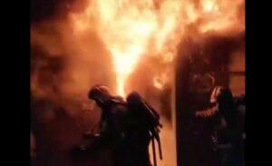 На видео сняли горящие детские коляски в подъезде пятиэтажки в Казани