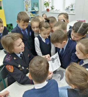 Военнослужащие познакомили челнинских первоклашек с историей национальной гвардии РФ