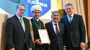 Минниханов вручил премии группы «Россия – Исламский мир» за издание богословских книг