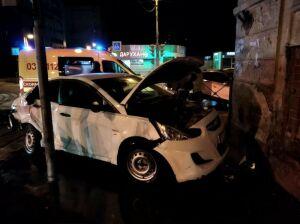 В Казани иномарка врезалась в здание после ДТП с другим авто, пострадали два человека