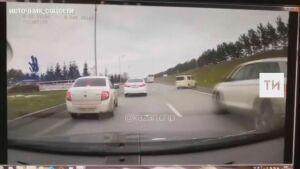 На видео попало, как в Казани легковушку занесло и на скорости выкинуло в кювет
