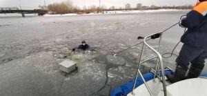Водолазы нашли тело рыбака, провалившегося под лед у Кировской дамбы в Казани