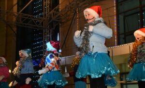 Деды морозы и Снегурочки сразились за звание лучших на открытии елки в Менделеевске