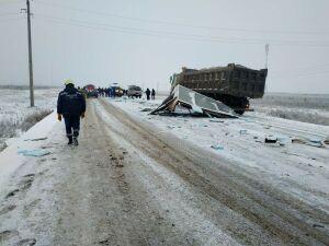 Два грузовика не поделили перекресток на трассе в РТ, пострадали три человека