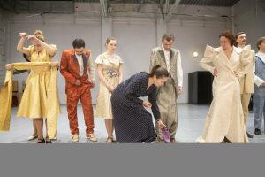 В спектакле «Бал воров» качаловцы используют элементы балета и цирка