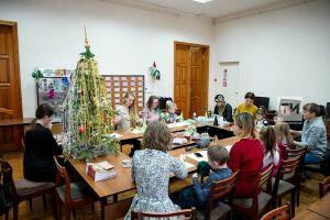 «Мелкая моторика и творчество»: дети из Казани за час смастерили новогодние елки