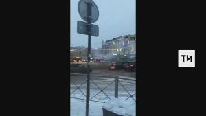 На видео попало, как в центре Казани на дорогу упал горящий электрокабель