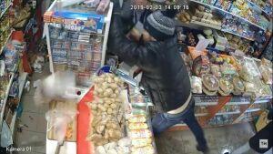Жители Альметьевска задержали грабителя, напавшего в магазине на покупательницу и кассиршу