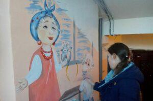 Юные жители Менделеевска расписывают здания сказочными персонажами