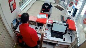 В Казани задержали парня, который ворвался в салон сотовой связи, ослепил продавца и ограбил кассу