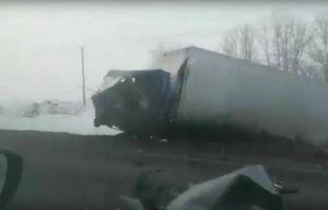 Очевидцы сняли на видео последствия страшной аварии под Казанью, где легковушке срезало крышу