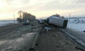 В результате страшной аварии под Казанью погиб водитель легковушки, которой срезало крышу