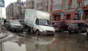 «ГАЗель» и несколько легковушек провалились в яму на дороге в Авиастроительном районе Казани