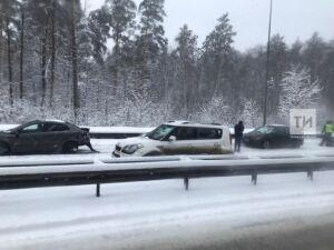 На Горьковском шоссе в Казани произошла массовая авария с несколькими легковушками и автобусом