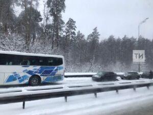 Ребенок и трое взрослых пострадали в массовом ДТП с автобусом на Горьковском шоссе в Казани
