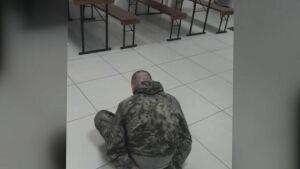Посетитель бара в Набережных Челнах украл скамейку после отказа налить ему пива бесплатно