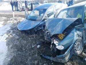 На трассе Казань – Оренбург лоб в лоб столкнулись легковые авто, есть пострадавшие