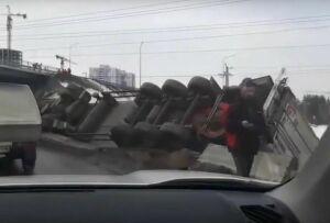 Очевидцы сняли на видео большегруз, опрокинувшийся в кювет под Казанью