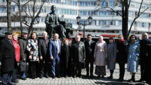 Москвичи возложили цветы к памятнику Габдулле Тукаю