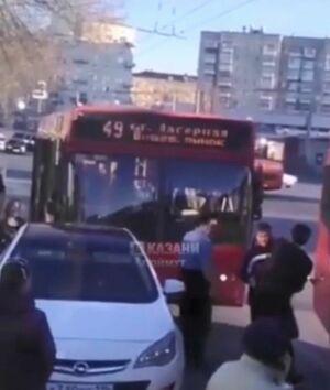 Драка водителей автобуса и иномарки в Казани попала на видео