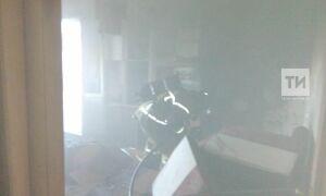 В Татарстане пожарные вынесли из горящей квартиры мужчину, но медики ничем не могли ему помочь