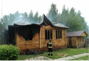 В Казани у гостевого комплекса «Дубай» сгорел частный домик