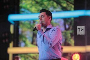 Фирдус Тямаев прыгнул с поклонницами в озеро на концерте в Буинске