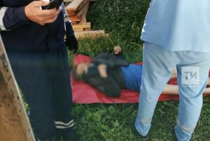 Казанские спасатели помогли парализованному мужчине, который упал и повис на стропилах в подвале