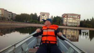 В Лениногорске спасатели достали утят, провалившихся в переливную трубу